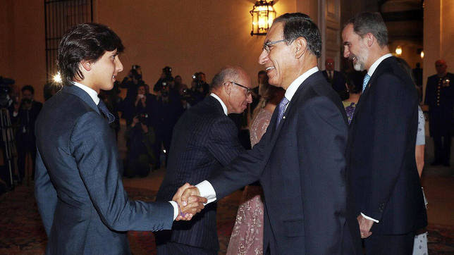 Andrés Roca Rey saludando al presidente de su país, Martín Vizcarra